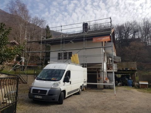 Rénovation d'un toit en tuiles mécaniques avec écran de sous toiture, remplacement et habillage des bandeaux en tôles acier laqué
