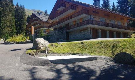 Chalet Abri en bois Mélèze isolé en laine de bois et couvert en ardoises naturelles à Méribel (Savoie - 73)