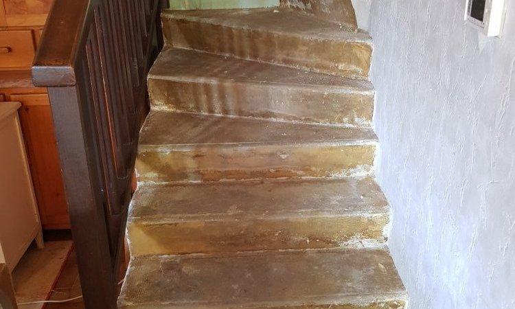 Escalier deux quarts tournants sur mesure en bois frêne blanc avec contremarches