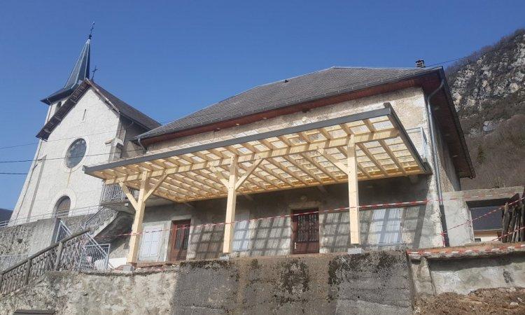 Pergola en bois contrecollé Epicéa, couverture en polycarbonate et habillage des bandeaux en acier laqué