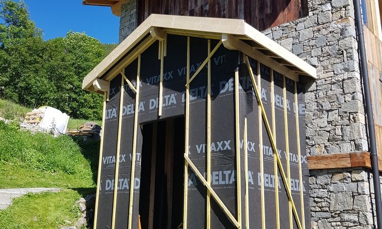 Abri de jardin Mélèze vieux bois et couverture en lauze naturelle à St Martin de Belleville - Les Menuires (Savoie - 73)